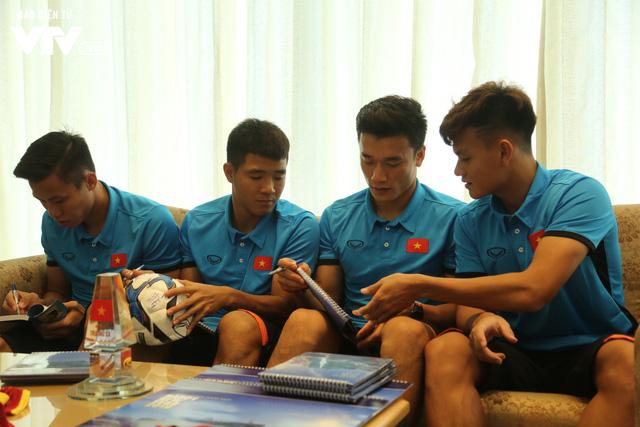 Đội tuyển bóng đá Việt Nam gửi tinh thần chiến thắng tới đảo Trường Sa - Ảnh 7.