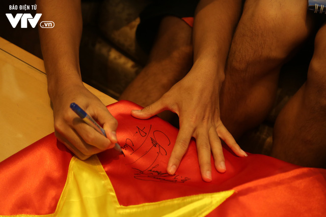 Đội tuyển bóng đá Việt Nam gửi tinh thần chiến thắng tới đảo Trường Sa - Ảnh 9.