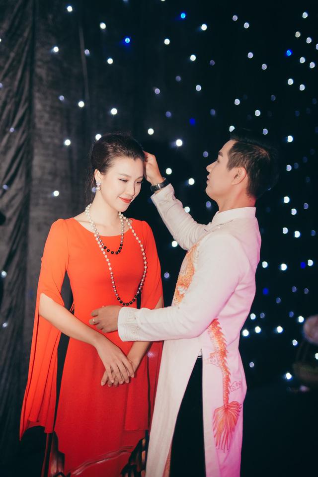 Hoàng Oanh gợi cảm, tình tứ bên MC Nguyên Khang - Ảnh 1.