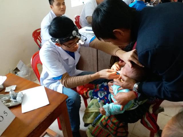 Khám, cấp phát thuốc miễn phí cho người dân có hoàn cảnh khó khăn ở Nghệ An - Ảnh 2.