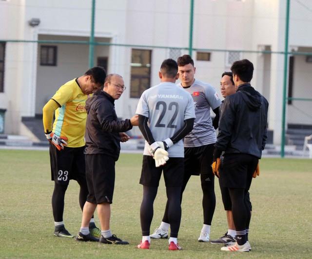 ẢNH: Buổi tập đầu tiên của ĐT Việt Nam tại Qatar chuẩn bị cho Asian Cup 2019 - Ảnh 4.