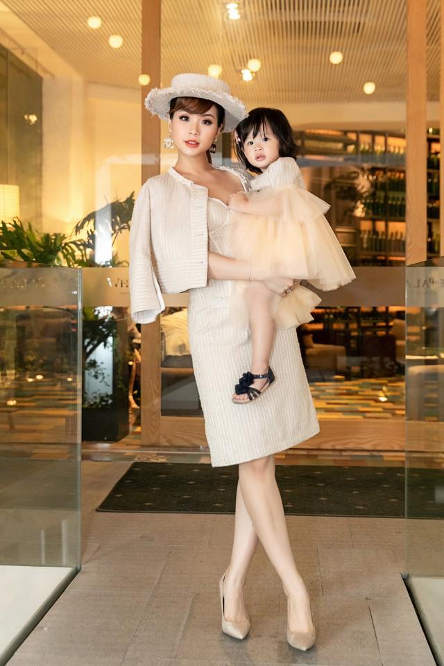 BTV Diễm Trang biến hóa với phong cách quý tộc cổ điển bên con gái - Ảnh 8.