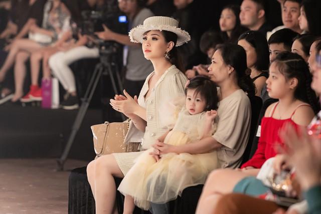 BTV Diễm Trang biến hóa với phong cách quý tộc cổ điển bên con gái - Ảnh 7.