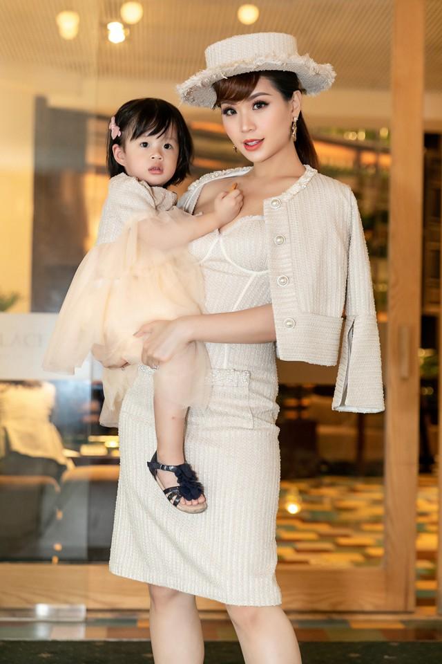 BTV Diễm Trang biến hóa với phong cách quý tộc cổ điển bên con gái - Ảnh 2.