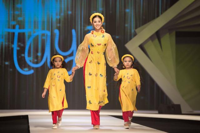 Hoa hậu Tiểu Vy diện áo dài rạng rỡ cùng dàn mẫu nhí - Ảnh 1.