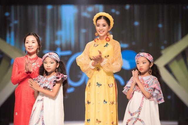 Hoa hậu Tiểu Vy diện áo dài rạng rỡ cùng dàn mẫu nhí - Ảnh 9.
