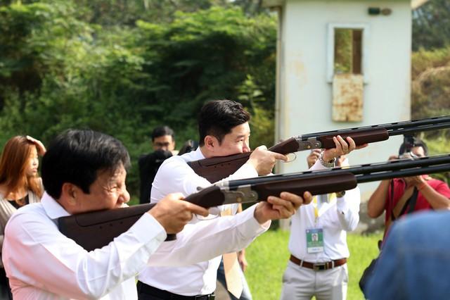 Bộ trưởng Nguyễn Ngọc Thiện trao thưởng cho các huy chương Bắn súng - Ảnh 6.