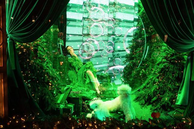 Không khí Giáng sinh qua những ô cửa kính ở New York, Mỹ - Ảnh 10.