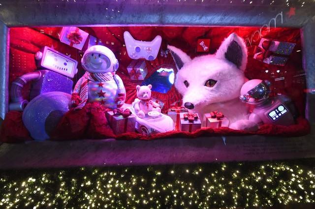Không khí Giáng sinh qua những ô cửa kính ở New York, Mỹ - Ảnh 11.