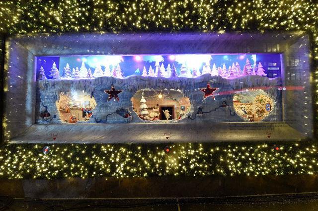 Không khí Giáng sinh qua những ô cửa kính ở New York, Mỹ - Ảnh 12.