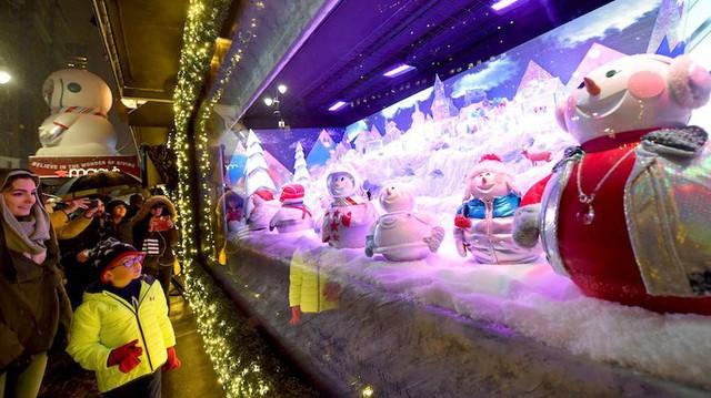Không khí Giáng sinh qua những ô cửa kính ở New York, Mỹ - Ảnh 13.