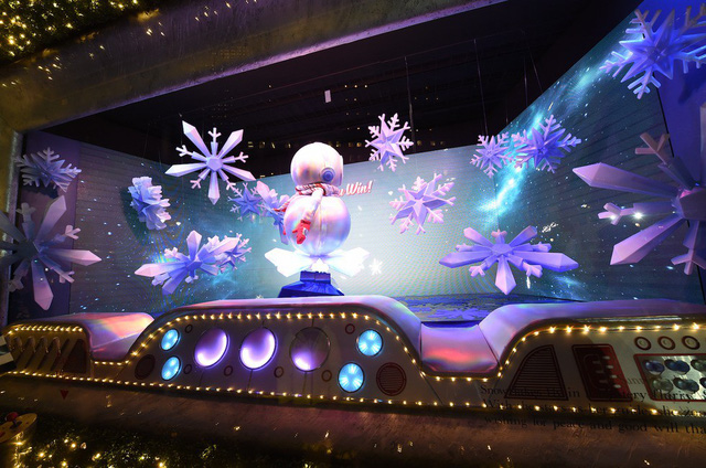 Không khí Giáng sinh qua những ô cửa kính ở New York, Mỹ - Ảnh 14.