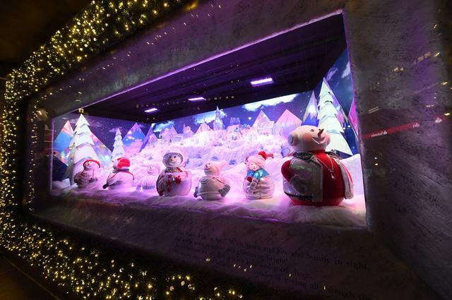 Không khí Giáng sinh qua những ô cửa kính ở New York, Mỹ - Ảnh 15.