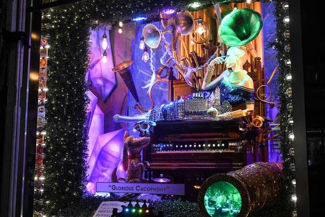 Không khí Giáng sinh qua những ô cửa kính ở New York, Mỹ - Ảnh 17.
