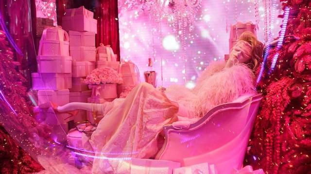 Không khí Giáng sinh qua những ô cửa kính ở New York, Mỹ - Ảnh 20.