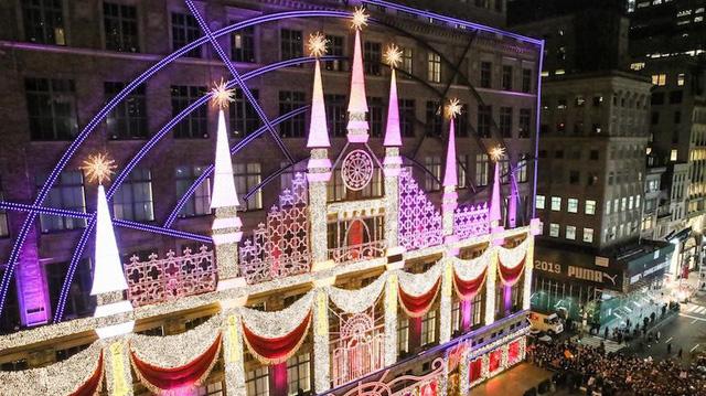 Không khí Giáng sinh qua những ô cửa kính ở New York, Mỹ - Ảnh 22.
