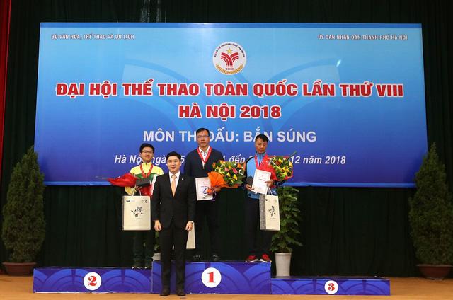 Bộ trưởng Nguyễn Ngọc Thiện trao thưởng cho các huy chương Bắn súng - Ảnh 2.