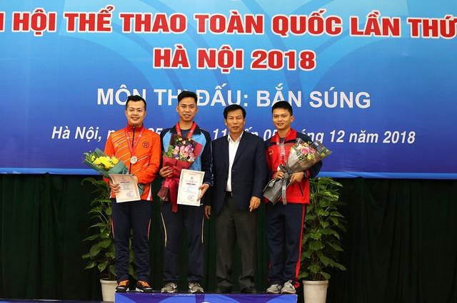 Bộ trưởng Nguyễn Ngọc Thiện trao thưởng cho các huy chương Bắn súng - Ảnh 1.