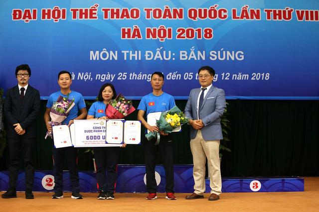 Bộ trưởng Nguyễn Ngọc Thiện trao thưởng cho các huy chương Bắn súng - Ảnh 3.