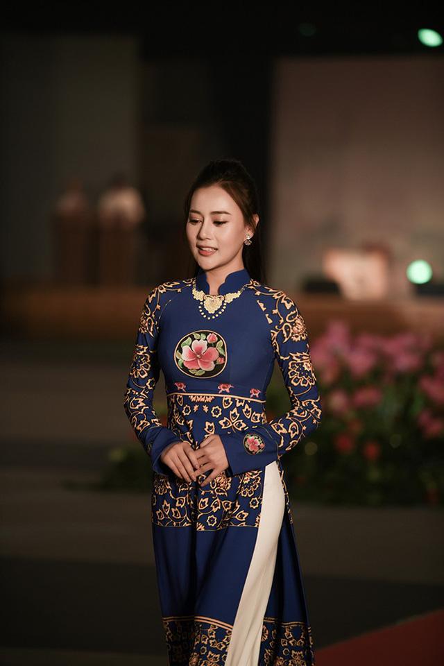 Huyền My, Phương Oanh trình diễn áo dài tại Hàn Quốc - Ảnh 4.