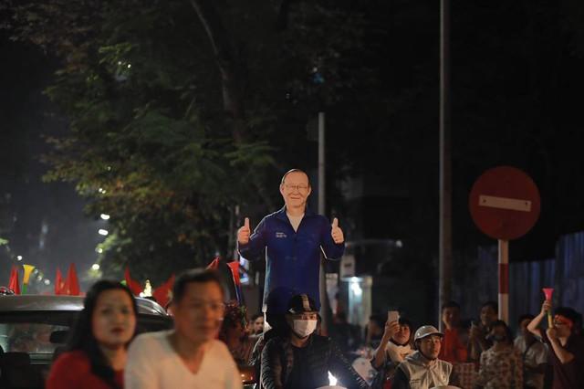 CĐV ùn ùn đổ ra đường đi bão ăn mừng chiến thắng của ĐT Việt Nam - Ảnh 12.
