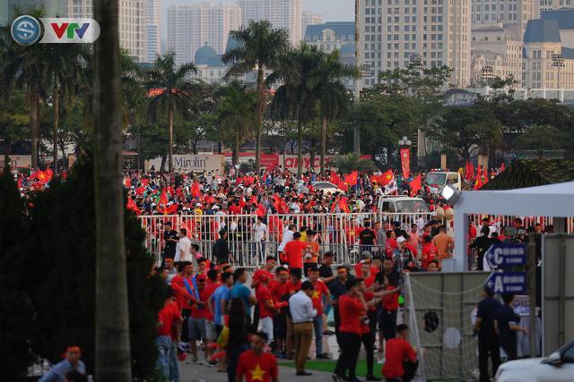 AFF Cup 2018: Các CĐV Việt Nam đến sân sớm trước trận gặp ĐT Philippines - Ảnh 14.