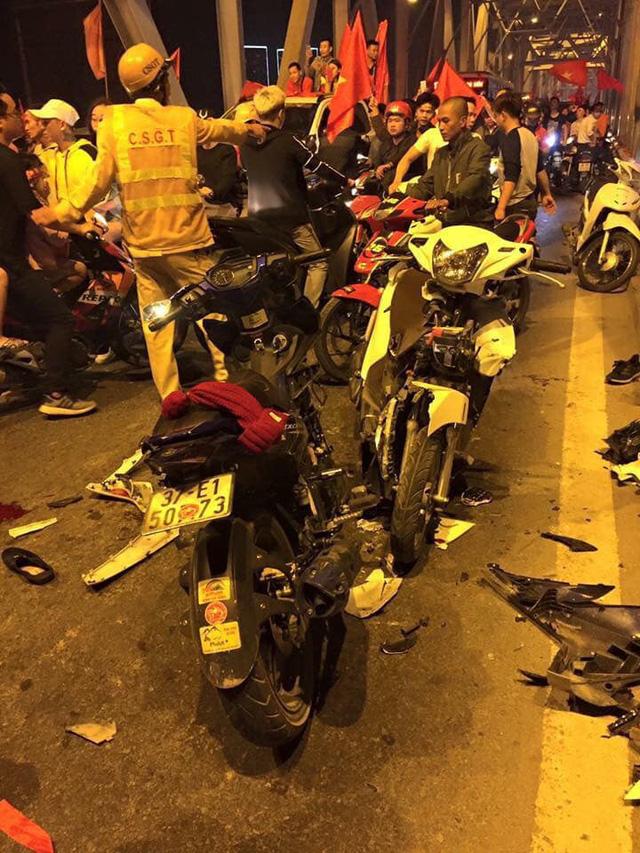 Hà Nội: Hai xe máy đấu đầu nhau giữa bão mừng ĐT Việt Nam vào chung kết AFF Cup - Ảnh 3.