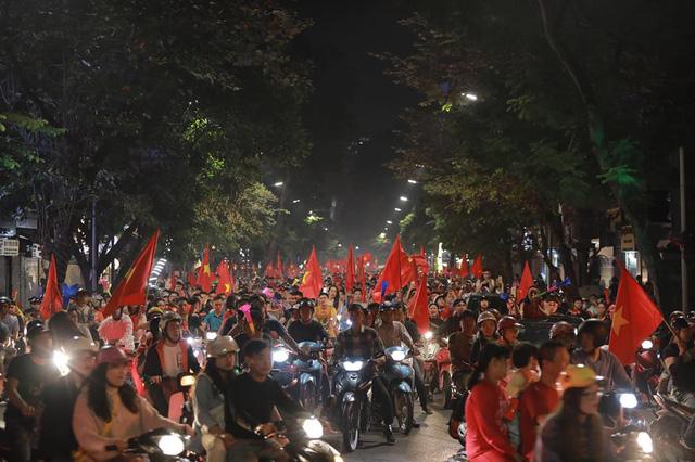 CĐV ùn ùn đổ ra đường đi bão ăn mừng chiến thắng của ĐT Việt Nam - Ảnh 1.