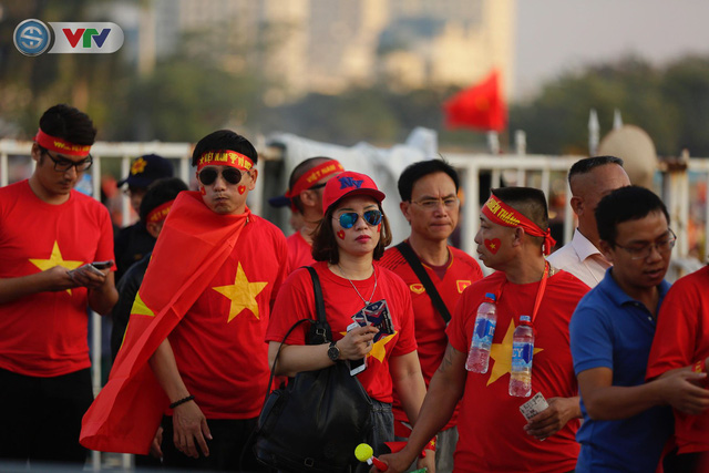 AFF Cup 2018: Các CĐV Việt Nam đến sân sớm trước trận gặp ĐT Philippines - Ảnh 12.