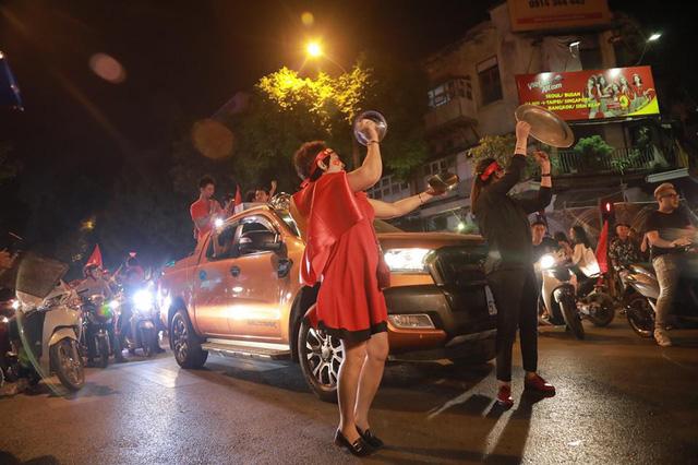CĐV ùn ùn đổ ra đường đi bão ăn mừng chiến thắng của ĐT Việt Nam - Ảnh 3.