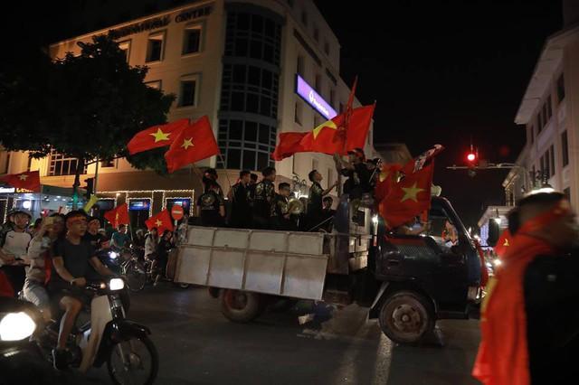 CĐV ùn ùn đổ ra đường đi bão ăn mừng chiến thắng của ĐT Việt Nam - Ảnh 4.