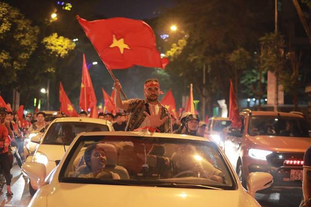 CĐV ùn ùn đổ ra đường đi bão ăn mừng chiến thắng của ĐT Việt Nam - Ảnh 6.