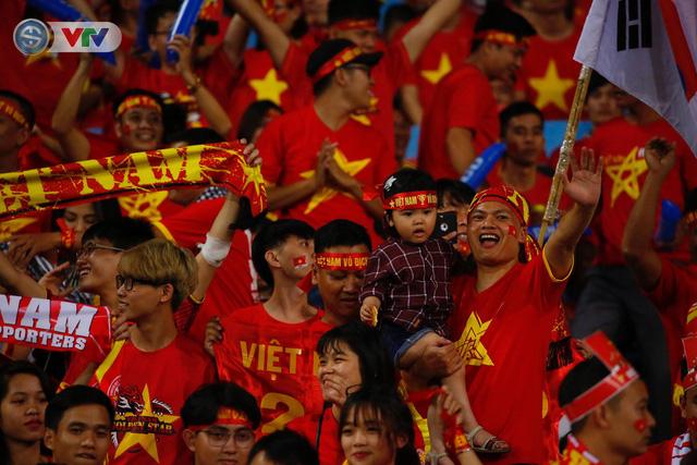 ẢNH: Mỹ Đình ngập tràn sắc đỏ trận ĐT Việt Nam - ĐT Philippines (Bán kết lượt về AFF Cup 2018) - Ảnh 11.