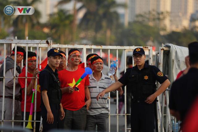 AFF Cup 2018: Các CĐV Việt Nam đến sân sớm trước trận gặp ĐT Philippines - Ảnh 1.