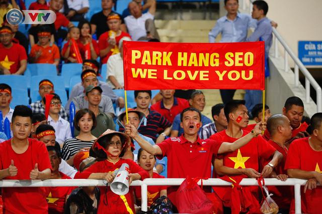 ẢNH: Mỹ Đình ngập tràn sắc đỏ trận ĐT Việt Nam - ĐT Philippines (Bán kết lượt về AFF Cup 2018) - Ảnh 10.