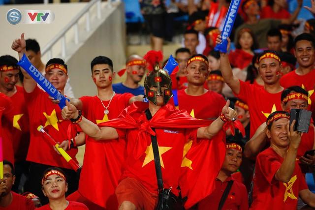 ẢNH: Mỹ Đình ngập tràn sắc đỏ trận ĐT Việt Nam - ĐT Philippines (Bán kết lượt về AFF Cup 2018) - Ảnh 9.