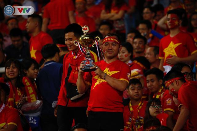 ẢNH: Mỹ Đình ngập tràn sắc đỏ trận ĐT Việt Nam - ĐT Philippines (Bán kết lượt về AFF Cup 2018) - Ảnh 8.
