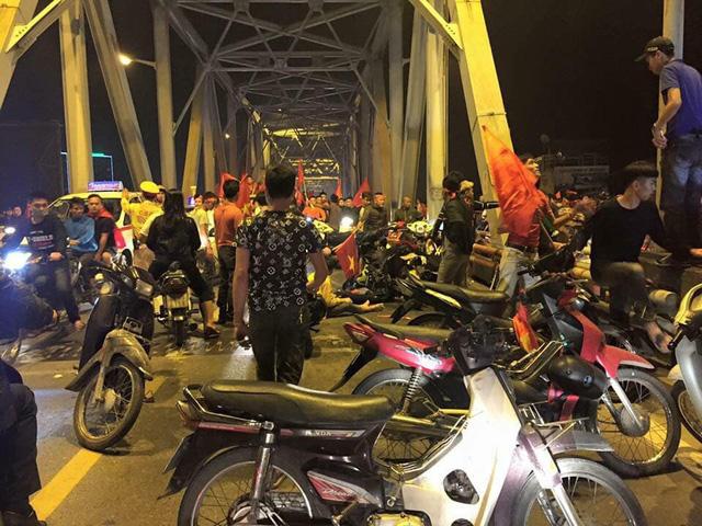 Hà Nội: Hai xe máy đấu đầu nhau giữa bão mừng ĐT Việt Nam vào chung kết AFF Cup - Ảnh 2.