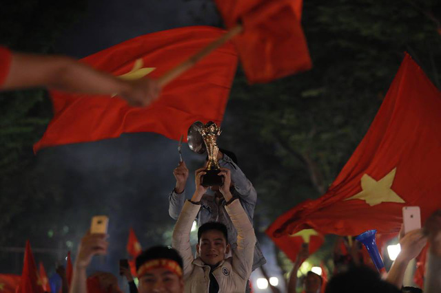 CĐV ùn ùn đổ ra đường đi bão ăn mừng chiến thắng của ĐT Việt Nam - Ảnh 13.