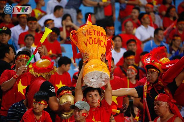 ẢNH: Mỹ Đình ngập tràn sắc đỏ trận ĐT Việt Nam - ĐT Philippines (Bán kết lượt về AFF Cup 2018) - Ảnh 7.