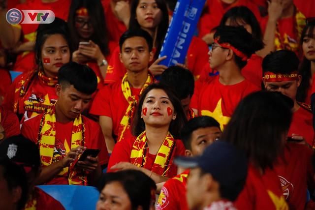 ẢNH: Mỹ Đình ngập tràn sắc đỏ trận ĐT Việt Nam - ĐT Philippines (Bán kết lượt về AFF Cup 2018) - Ảnh 6.
