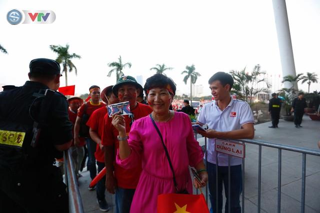 AFF Cup 2018: Các CĐV Việt Nam đến sân sớm trước trận gặp ĐT Philippines - Ảnh 7.
