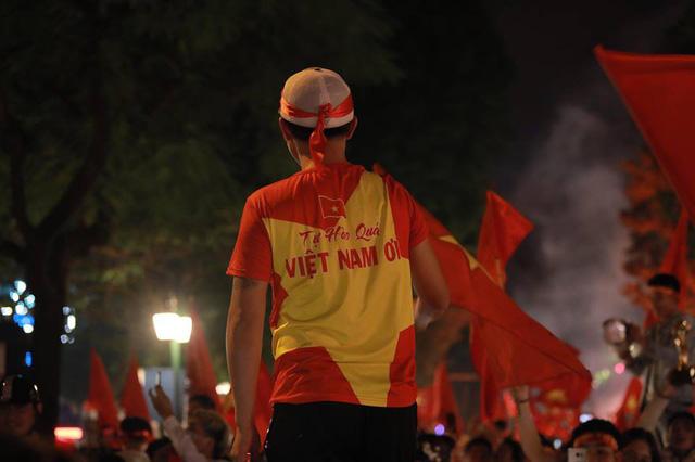 CĐV ùn ùn đổ ra đường đi bão ăn mừng chiến thắng của ĐT Việt Nam - Ảnh 11.