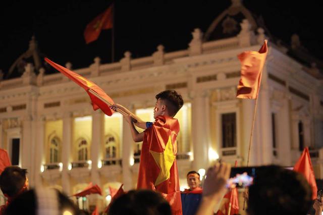 CĐV ùn ùn đổ ra đường đi bão ăn mừng chiến thắng của ĐT Việt Nam - Ảnh 10.