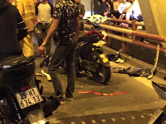 Hà Nội: Hai xe máy đấu đầu nhau giữa bão mừng ĐT Việt Nam vào chung kết AFF Cup - Ảnh 1.
