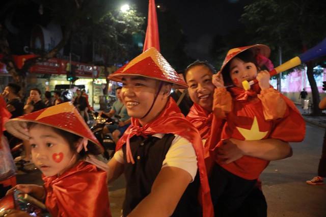 CĐV ùn ùn đổ ra đường đi bão ăn mừng chiến thắng của ĐT Việt Nam - Ảnh 7.
