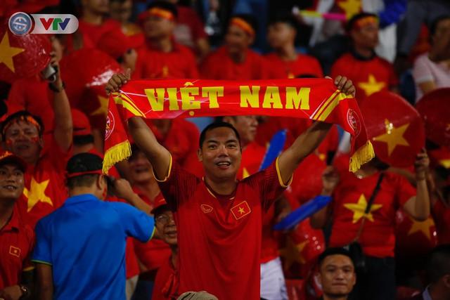 ẢNH: Mỹ Đình ngập tràn sắc đỏ trận ĐT Việt Nam - ĐT Philippines (Bán kết lượt về AFF Cup 2018) - Ảnh 4.