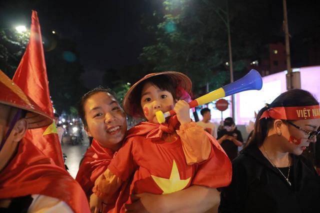 CĐV ùn ùn đổ ra đường đi bão ăn mừng chiến thắng của ĐT Việt Nam - Ảnh 8.