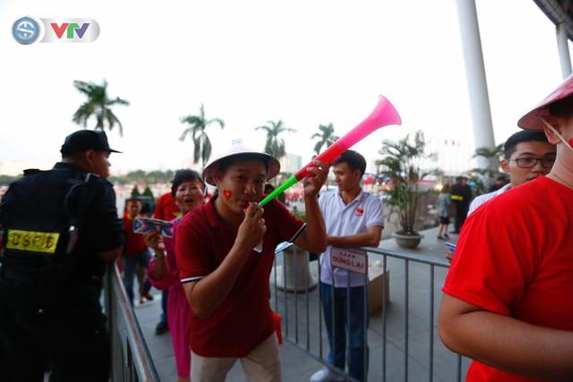 AFF Cup 2018: Các CĐV Việt Nam đến sân sớm trước trận gặp ĐT Philippines - Ảnh 3.
