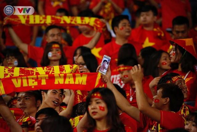 ẢNH: Mỹ Đình ngập tràn sắc đỏ trận ĐT Việt Nam - ĐT Philippines (Bán kết lượt về AFF Cup 2018) - Ảnh 3.
